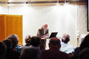 Gamle folkbildaren Bengt Göransson lockade till många skratt och applåder vid onsdagens välbesökta möte hos Humanistiska föreningen.