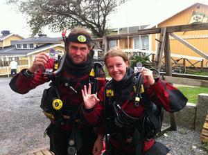 Två glada dykare, Jakob Svärd och Elin Rantakokko, åter på ytan efter att ha mottagit vårt dykemblem på 18 meters djup.
