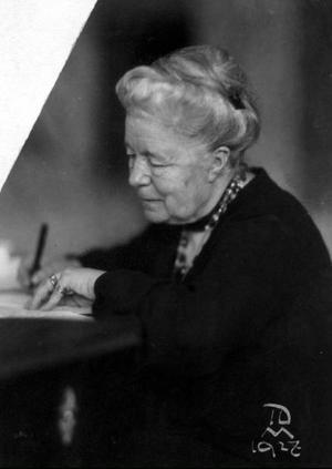 Selma Lagerlöf vid skrivbordet 1931. Hon har två år kvar till 75-årsdagen och har nått en enorm berömmelse.Foto: Scanpix