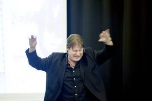 Gör nåt också. Rolf Lassgård gör också nåt för de hemlösa.