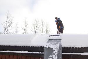 """effektivt. Takskottaren skär av flera kilo snö åt gången, som sedan samlas i en hög på marken. """"Grundkonceptet fanns men jag har lagt till delar"""", säger Bo Pettersson, vars vän Sidh Frosth prövar på Takskottaren. Själva utvecklandet av redskapet innebar uppfinnarglädje för Bo Pettersson, som även fått sålt omkring 150 exemplar."""