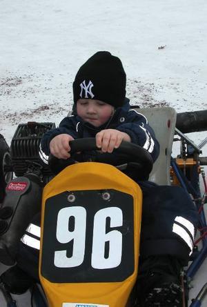 Motorkille. 4-årige William Tolförs är heltänd när han provsitter gocarten
