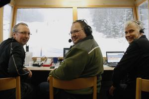 Tävlingsledningen hade det varmt och skönt medan åkarna kämpade i blötsnön och dimman. Fr. v. Mats Andersson, Marko Hakkala och Lars Åkerlind.