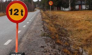 Max tolv ton tunga fordon får köra på Svartsjövägen mellan Sjöbo och Stråsjö tills vidare. Tung trafik hänvisas till andra vägar.