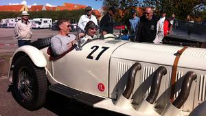 Mikael Persbrandt fick följa med Sören Huzelius i bilmuseets Mercedes SSK från 1929.