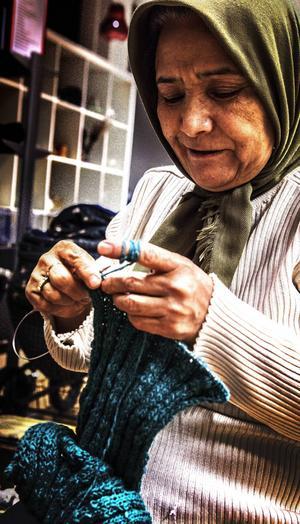 En halsduk är Masoumehs projekt för kvällen.