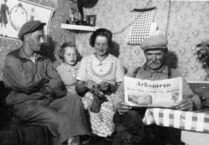 Krigsåren. Kånå Erik, Lilly, Tilda och Nord Sigfrid läser om krigsutvecklingen. Foto:Privat