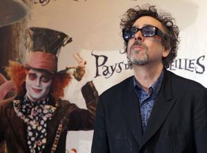 Tim Burton bredvid Johnny Depp som Hattmakaren i filmatiseringen av Alice i Underlandet från 2010.