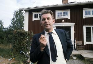 Centerpartiledaren Thorbjörn Fälldin röker pipa utanför huset hemma på gården Ås i Ramvik på valdagen 1973.