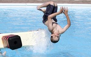 Nacksta fritidsgård får bidrag på 45 000 kronor till simskola på Nackstabadet.