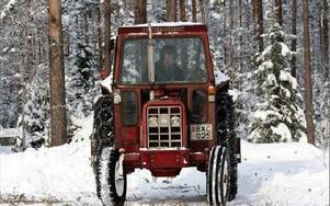 Malte Eriksson plogade bort snön på fotbollsplanen inför helgens vintermarknad. FOTO:LEIF OLSSON