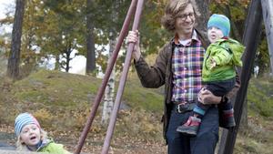 """Niklas Kihlén, här tillsammans med sönerna Olle, 4 år, och Albin, 1 år, är föräldraledig och jobbar till vardags på ett dataföretag i stan. Just nu sparar han inte mer än till amorteringen på bostaden, annars i aktier. """"Det är viktigt med sparande, alltid bra att ha pengar till hands som buffert, som man har möjlighet att ta av när man ska vara pappaledig"""", säger han."""