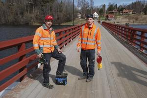 Magnus Lilja och Henrik Klar stängde av bron och satte upp skyltar som leder om trafiken.