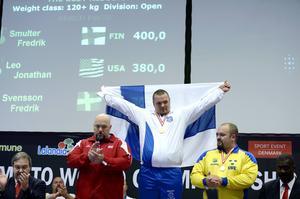 En drömgräns är spräckt. Fredrik Smulter från Finland blev först i världen att ta 400 kilo i bänkpress.