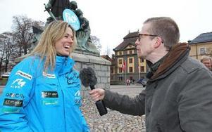 Måns Nilsson intervjuar rallyprofilen Jennie-Lee Hermansson om symptomen på stroke. Foto: Curt Kvicker