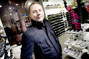 Avvaktar. Anders Jansson satsar gärna på att slå till när priserna är nedsatta. Men i går eftermiddag hade han ännu inte gjort några reafynd.