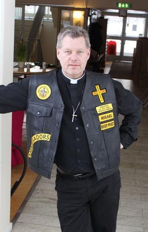 Mc-präst. Mikael Bedrup, i sin mc-mundering. Nästa bild visar hur nog de flesta är mer vana att se Tierpsprästen.