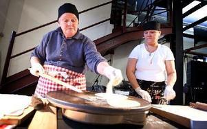 Berit Granfors är en av de rutinerade brödbakarna som assisterat projektledaren Eva Långberg. Foto: Johan Sörensen/Arkiv/DT