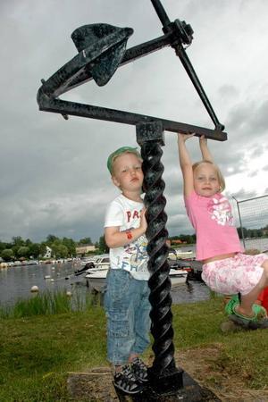 ROLIGT. Vide Juneholt, 3 och Maja Westerberg, 5 gillade det lilla ankaret vid båthamnen.