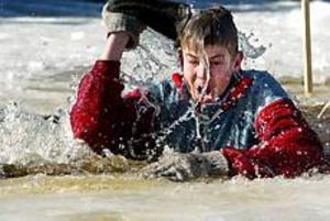 Foto: LEIFJÄDERBERG Nöjd. Jimmy Tisell ställde upp på att demonstrera hur man ska göra om man ramlar i en isvak. Trots kylan var han nöjd med sin insats.