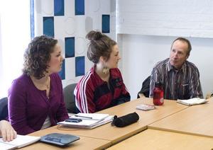 Sofia Nilsson och Bonnica Sjöblom från studentkommittén diskuterar gymnasiefesterna med fritidsledaren Mats Nyhlander.