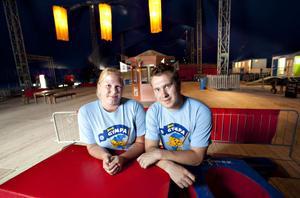 Annelie Holmberg och Ted Branteryd är gymnastikledare i Gefle Gymnastikförening ansvarar över akrobatikstationen på cirkusskolan.