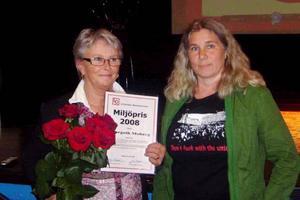 Margoth Moberg prisades med blommor, diplom och pengar av Karin Näsmark som är LO-distriktets ordförande.Foto: Privat