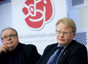 S länsordförande Peter Hultqvist tog på torsdagseftermiddagen sin hand ifrån partikamraten Leif Nilsson, ordförande i Region Dalarna.