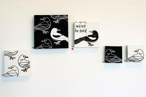 Vicci Andersson Sjöbom bidrar med textiltryck där en skata och en engelsk ramsa återkommer.