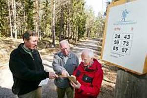 Foto: LARS WIGERTBingo. Det blev bingo för Nils-Erik Peterssons förslag om motionsbingo i Hemlingby. Promenaderna har arrangerats i 30 år men nu med Alf Pålsson som ansvarig och Friluftsfrämjandets ordförande Werner Baumgartner som påhejare.