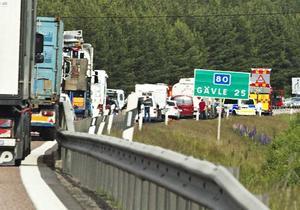 Köerna ringlade långa efter olyckan som inträffade på riksväg 80 i höjd med Sandviken.