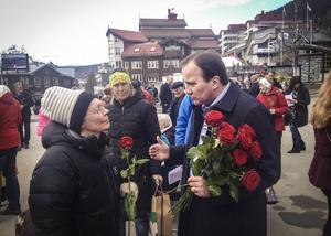 När S-kongressen var slut var det dags att dela ut rosor. Årebon Eva Idoff och Stefan Löfven.