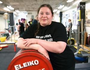 48. Emelie Pettersson, 35 år (49), styrkelyft. Tog sig in på listan efter ett starkt 2014. Nu har hon ett ännu starkare år i ryggen. VM-silvret i juni följde Södertälje Atletklubbs stjärna upp med dubbla SM-guld. För fjärde året i rad, dessutom.