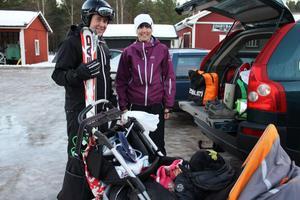 Richard och Camilla Henriksson med lille Angelo gör sig redo vid bilen för en eftermiddag i och vid slalombacken.