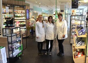 Apoteket Hjärtat har flyttat in i nya lokaler i centrala Sundsvall. Tre nöjda som jobbar i butiken är från vänster: Frida Medén, Sara Malekkhaiat och Christina Jonsson.