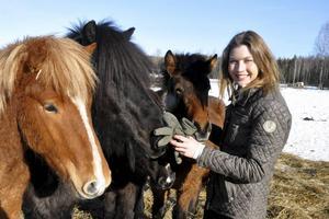 Mailinn Solér tillsammans med några av de islandshästar som bor på gården i Ljusterängarna. På lördag är Malin tävlingsledare för Säter Istölt.