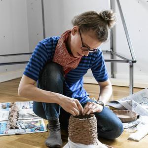 Kristina Schultz kommer till Formveckan med en workshop om sitt uppmärksammade projekt 100 dagar. Under projektet tömde hon sin lägenhet helt på möbler och föremål för att sedan själv tillverka nya saker utifrån vad hennes familj behövde. Projektet var hennes examensarbete på Konstfack.