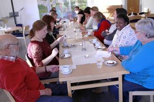 Kvällsmat med kaffe ger gemenskap bland församlingsborna i Jättendal.