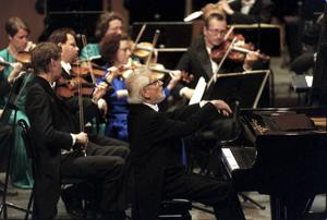 Nordiska Kammarorkestern har hunnit fylla 25. Här 10-årsjubiléet 2000 med Hans Leygraf som solist.