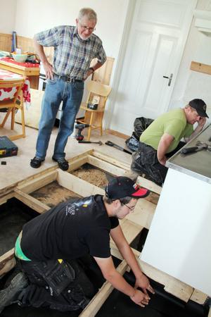 Evan Berjlund inspekterar skadorna i kapellets kök.