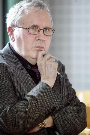 Evert Vedung tog sin studentexamen i Bollnäs 1958. Därefter blev det studier i Uppsala och – så småningom – en lång akademisk karriär.
