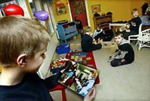 Anton Sjöberg, elva år, besökte Mumintrollet för första gången på länge. Här tittar han på en bild på sig själv som GD:s Kurt Elfström tog öppningsdagen för tio år sedan. Foto: GUN WIGH