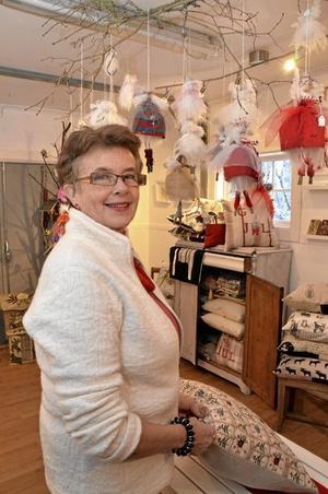 Kreativ. Erica Biltman i Viby har öppet i sin ateljé under helgerna i december. Utställningsrummet är fyllt av Ericas hantverk, och något av det mest populära brukar vara de änglar som hänger i taket. Foto: Veronica Svensson
