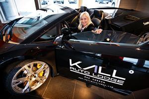 Det är Kall Autolodge som behöver hjälp, Ford är där och testar rallybilar.