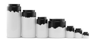 Svartvitt. Porslinsvaser som delvis penselmålats i svart färg vilket ger nästan samma effekt som om de doppats i färg. Från det danska företaget Normann Copenhagen. Den minsta kostar 124 kronor hos Royal Design.