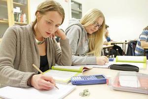 Moa Boström och Jessica Andersson är djupt nedsjunkna i sina böcker. Här får de den hjälp de behöver för att klara av nästa prov.