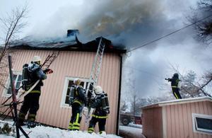 Orsaken till branden som eldhärjade en villa i Bredbyn norr om Tulleråsen var under gårdagen fortfarande oklart.    Foto: Håkan Luthman