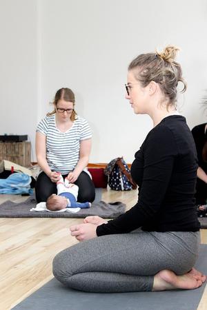 På mammayogan är barnen med och nära, samtidigt som mamma får möjlighet att träna. Yogaläraren Therese Lögdahl och i bakgrunden Emma Backman som masserar sju veckor gamla sonen Ivars fötter.