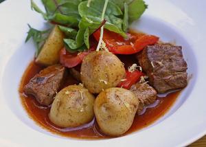 Ungersk gulasch är kanske den mest kända rätten utanför landets gränser. En mustig gryträtt som gärna äts i djupa tallrikar där potatis blandas direkt i grytan.   Foto: Dan Strandqvist