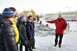 Mats Ainegren pekar ut vägen mot en vindtunnel.